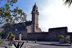 Eglise Saint-Pierre - Français:   Église Saint-Pierre et le mur du cimetière de Saint-Pol-de-Léon.