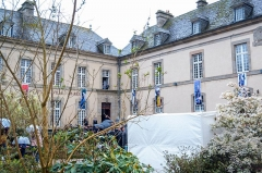 Ancien évêché (hôtel de ville) - Français:   Armel Le Cléac\'h, vainqueur du Vendée Globe, accueilli dans sa ville natale, à Saint-Pol-de-Léon (Finistère), place de l\'hôtel de ville, le 31 mars 2017.