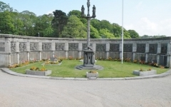 Monument aux morts, situé dans le cimetière de l'église Saint-Pierre - Français:   Le monument au morts de Saint-Pol-de-Léon construit par l\'architecte Charles Chaussepied (1866-1930), qui réemploie dans l\'hémicycle des stations du chemin de Croix du sculpteur Yann Larhantec (1829-1913). Le gisant est sculpté par René Quillivic.
