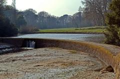 Domaine de Kernévez - Français:   digue qui fait barrage à l\'étang du Petit Nice dans le domaine de Kernévez à Saint-Pol-de-Léon.