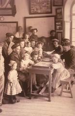 Abri du marin de Sainte-Marine - Français:   Pères et enfants dans l\'abri du marin de Sainte-Marine au début du XXe siècle (photographie de Jacques de Thézac)