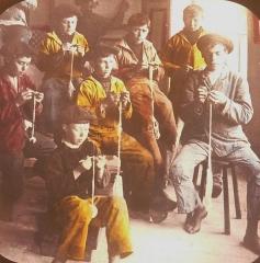 Abri du marin de Sainte-Marine - Français:   Mousses faisant du picot dans un Abri du marin (probablement celui de Sainte-Marine) au début du XXe siècle (photographie de Jacques de Thézac)