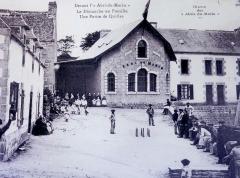 Abri du marin de Sainte-Marine - Français:   Partie de quilles devant l\'Abri du marin de Sainte-Marine vers 1920 (photographie de Jacques de Thézac)