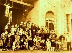 Abri du marin de Sainte-Marine - Français:   Marins anglais et enfants à l\'Abri du marin de Sainte-Marine en 1917 ou 918