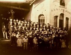Abri du marin de Sainte-Marine - Français:   Marins américains avec des enfants devant l\'Abri du marin de Sainte-Marine en 1917 ou 1918 (photographie de Jacques de Thézac)