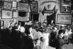 Abri du marin de Sainte-Marine - Français:   Prière funèbre en mémoire d\'un marin  péri en mer dans l\'Abri du marin de Sainte-Marine vers 1920 (photographie de Jacques de Thézac).