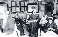 Abri du marin de Sainte-Marine - Français:   Sainte-Marine: paiement des allocations aux femmes des marins mobilisés pendant la Première Guerre mondiale (photographie de Jacques de Thézac).