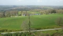 Ancien pavillon de chasse de Moniven - Français:   Vue de Châteauneuf-du-Faou et de la vallée de l\'Aulne depuis la terrasse du château de Trévarez