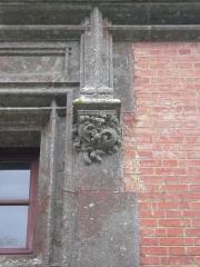 Ancien pavillon de chasse de Moniven - Français:   Détail de l\'ornementation d\'une fenêtre du château de Trévarez, Saint-Goazec, Finistère, Bretagne, France.