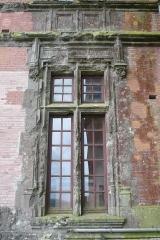 Ancien pavillon de chasse de Moniven - Français:   Une des fenêtres du rez-de-chaussée de l\'aile Est du château de Trévarez, Saint-Goazec, Finistère, Bretagne, France. Traces d\'impact et dégâts dus au bombardement du 30 juillet 1944 par la Royal Air Force.