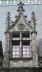 Ancien pavillon de chasse de Moniven - Français:   Une des lucarnes de la façade méridionale du château de Trévarez, Saint-Goazec, Finistère, Bretagne, France. Celle-ci a été reconstruite en 1993.