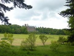 Ancien pavillon de chasse de Moniven - Français:   Le château de Trévarez vu du parc.