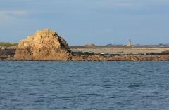 Phare de Kéréon -  L'île de Balanec vue du sud, avec derrière le phare de Kéréon et Ouessant