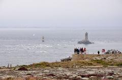 Phare de l'île de Sein - English: Pointe du Raz in Finistère, France with La Vielle and La Plate lighthouses. On the horizon a lighthouse Grand phare de l'île de Sein.