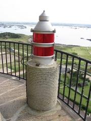 Phare de l'île de Batz - English: Red light on the top of the lighthouse of the Batz island (France)