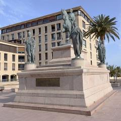 Monument commémoratif Napoléon 1er et ses frères - Français:   Monument pour Napoléon Bonaparte avec ses frères sur la place Charles de Gaulle à Ajaccio en Corse