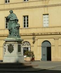 Statue du cardinal Fesch - Français:   Cardinal Joseph Fesch  Sculpteur: Gabriel-Vital Dubray   Fonderie: Eck et Durand   Date: 1856  Cour du Palais Fesch  Ajaccio, Corse-du-Sud