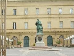 Statue du cardinal Fesch - Lëtzebuergesch: De Musee Fesch