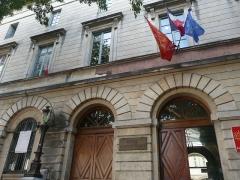 Ancien hospice devenu palais des arts, puis agrandi en lycée, actuel lycée Alphonse Daudet - Čeština: vchod do Lycée