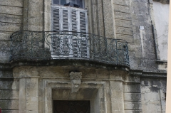 Hôtel particulier dit maison Margarot - English:  As the main doorway,this balcony of wrought iron is adorned with the monogram Margarot.