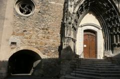 Eglise paroissiale Saint-Saturnin - Français:   Entrée d\'une église à Pont-Saint-Esprit.