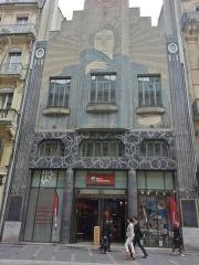 Immeuble dit de La Dépêche du Midi -  Façade du 42 rue Alsace Lorraine, 3100 Toulouse. Immeuble classé construit en 1932 par Léon Jaussely. La façade Art Déco ornée de mosaïques est signée par les céramistes Alphonse Gentil et François Eugène Bourdet. Autrefois, l'édifice appartenait à La Dépêche du Midi.