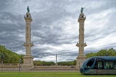 Colonnes rostrales élevées sur l'esplanade des Quinconces - English: The rostral columns of the Place des Quinconces, Bordeaux, France, with an incoming tramway.