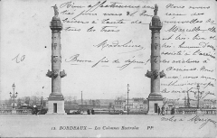 Colonnes rostrales élevées sur l'esplanade des Quinconces - English: Building of the colonial empire at the maritime exhibition in Bordeaux, 1907 (Gironde, France). The timestamp is at august 1910.
