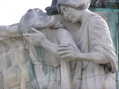 Monument aux Morts de la guerre 14-18 -  Arcachon en Gironde¨Pleureuses du monument aux morts