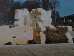 Faculté de médecine et de pharmacie - 日本語: 水井康雄 泉の化石、石、3.2m x 8.0 x 8.0、ボルドー大学法学部 ぺサック ボルドー フランス、1968年11月