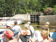 Canal du Midi (écluse ronde) - English: Sightseeing boats in the