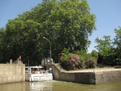 Canal du Midi (écluse ronde) - English: Sightseeing boat leaving the
