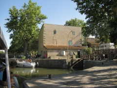 Canal du Midi (écluse ronde) - English: The round lock and the house of the lock keeper at Agde, France, on the Hérault river.