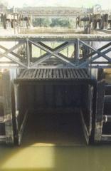 Canal du Midi - Deutsch: Canal du Midi: Kreuzung mit Libron; eine der Rinnenhälften; oben die Laufkatze auf vier Rädern, an der die Rinnenhälfte hängt