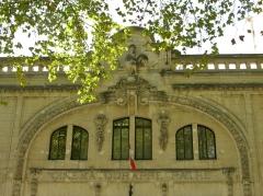 Ancien cinéma Pathé - Français:   Le coq, symbole des cinémas Pathé. A Montpellier, boulevard Sarrail près du Musée Fabre. On lit l\'inscription \