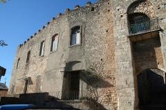 Ancien château - Français:   Puisserguier (Hérault) - mur du château (à gauche de l\'entrée).