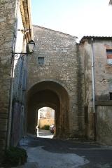 Ancien château - Français:   Puisserguier (Hérault) - cour du château.