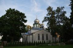 """Malouinière de la Ville Azé - Eesti: Nina vaatamisväärsusteks on õigeusu Jumalaema Kaitsmise kirik (ehitatud 1827-1828, suurendati ristikujuliseks 1908) ning tuletorn (ehitatud 1936). Samuti kalevipoja sillaehitusest jäänud """"kivikülv"""", millest tuleb ka paiga nimetus. Kiviid on ilmselt siia kantud kokkulükatud rüsijää poolt, mis on kevadeti jäämineku ajal vaatamisväärsus omaette."""