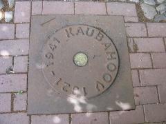 Malouinière de la Ville Azé - Eesti: Tartu Kaubahoovii kunagist asukohta märkiv plaat Tartus Küüni tänava sillutises