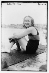 Manoir situé dans le bourg - English: Eleanor Uhl sitting in 1920
