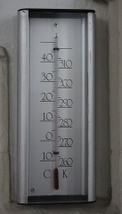 Ancien Jeu de Paume - English: A thermometer calibrated in both kelvins and degrees Celsius.  Photographed in St Stephens Church, Nijmegen, Netherlands. The thermometer itself was located in a niche in one of the columns supporting the nave.