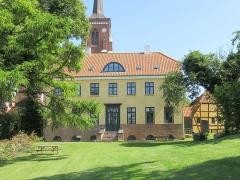 Villa Greystones - English: The rear side and garden og Rektorboligen in Roskilde, Denmark