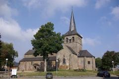 Église Notre-Dame - Deutsch:   Hédé in der Bretagne, Frankreich. Die Kirche des Ortes. vor der Kirche steht eine Sonnenuhr. Rechts stehen Denkmäler berühmter Personen (geotags in den EXIF-Daten).
