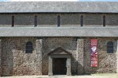 Église Notre-Dame - Français:   Hédé, Ille-et-Vilaine, Bretagne, France  Portail sud de l\'église Notre-Dame.