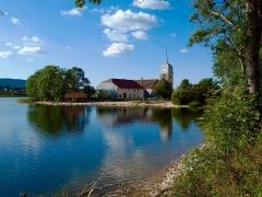 Abbaye en Grandvaux - L'abbaye en/de Grandvaux au bord du lac de l'abbaye sur la commune de Grande Rivière dans le département du Jura en Franche Comté