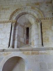 Eglise Saint-Martin -  Fenêtre intérieure de l'abside de l'église Saint-Martin de Pouillon