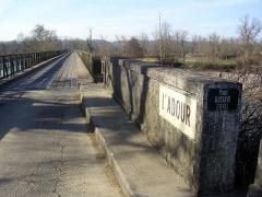 Pont métallique sur l'Adour - Français:   Pont métallique franchissant l\'Adour sur la commune de Cazères-sur-l\'Adour, œuvre de l\'ingénieur Gustave Eiffel.
