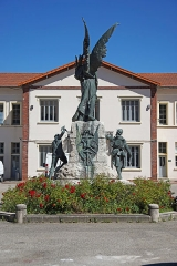 """Site minier dit """" Puits Couriot """" - Le puits Couriot: monument aux morts en hommage aux mineurs et aux soldats devant le bâtiment administratif."""