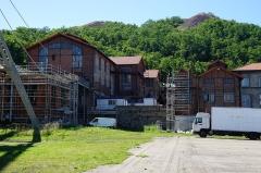 """Site minier dit """" Puits Couriot """" - Le puits Couriot: les bâtiments des machines et les deux terrils (également appelé"""
