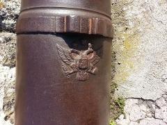 Statue de Notre-Dame de France -  Emblème impérial russe sur canon au pied de la statue Notre-Dame de France au Puy-en-Velay